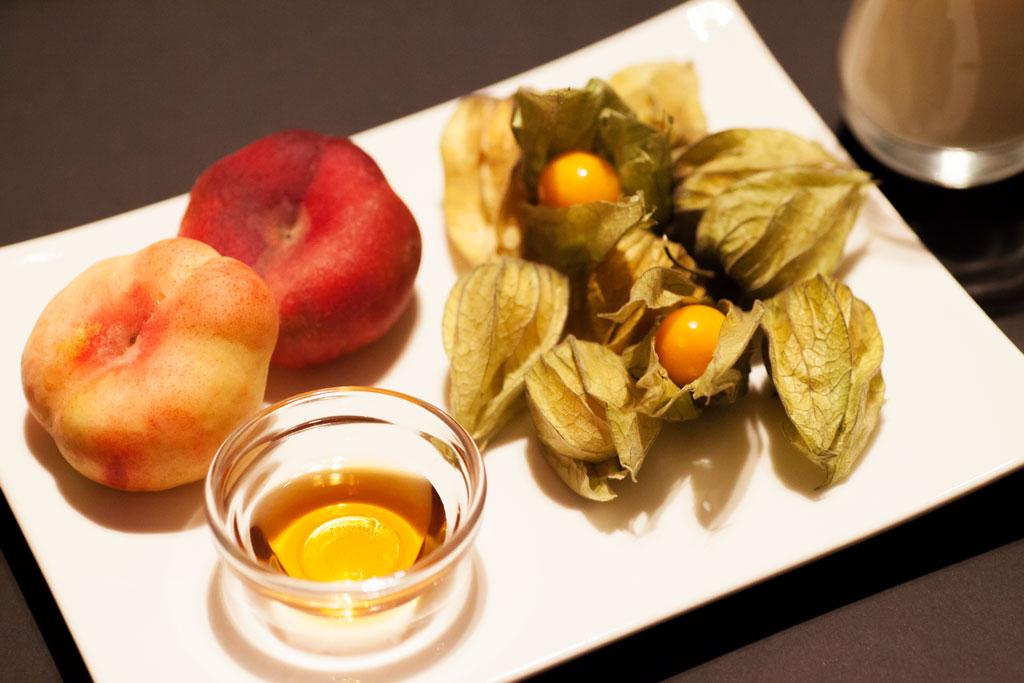 Zutaten für Pfirsich-Physalis Smoothie, reife Früchte geben das beste Ergebnis.