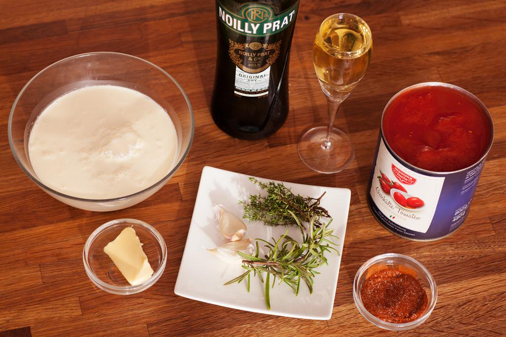 Zutaten für schnelles Hühnchen in Tomaten-Sahne-Sauce.
