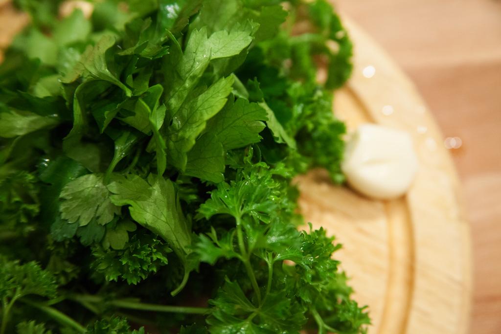 glatte und krause Petersilie und eine Knoblauchzehe für mojo verde.