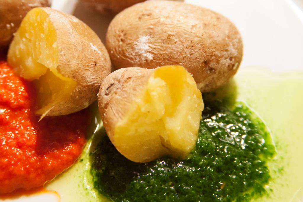 Kleine Kartoffeln mit salziger Schale papas arrugadas mit Paprika-Chili-Dip und Kräuter-Knoblauch-Dip.